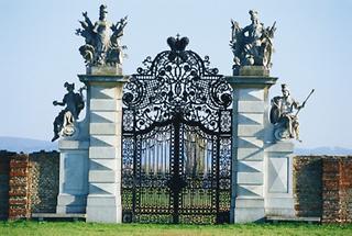 Barockes Gartentor mit Steinskulpturen