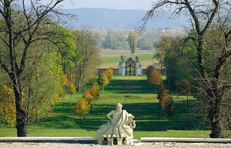 Blick auf barockes Gartentor mit Steinskulpturen