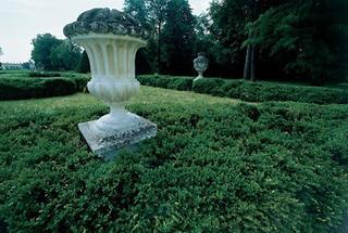 Hecken und Steinvasen im Schlosspark Schönborn