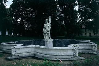 Steinskulptur des Hl. Georg im Park Greillenstein