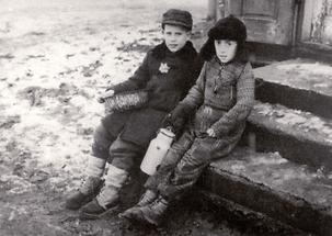 Zwei Kinder im verschneiten Warschauer Ghetto