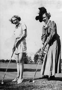 Zwei Damen beim Golfen