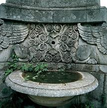 Steinernes Wasserbecken im Schlosspark Grafenegg