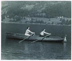 Zwei Frauen mit Sonnenbrillen in einem Ruderboot