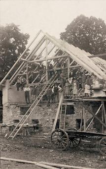 Arbeiter posieren in einem Rohbau