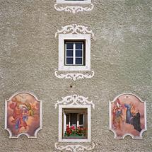 Detailansicht einer Halleiner Altstadtfassade