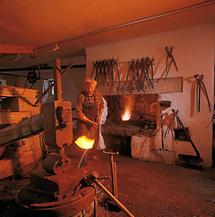 Hammerschmied in seiner Werkstatt
