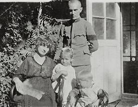 Anton Peschka und Gertrude Schiele mit Kindern