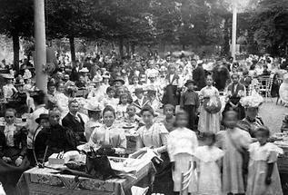 Menschenmassen in einem Gastgarten im Wiener Prater