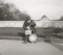 Bettler vor der Stadtbahn