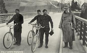 Adolf Hitler auf einer Brücke mit Schornsteinfegern