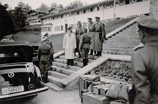 Adolf Hitler auf den Stiegen des Berghofs