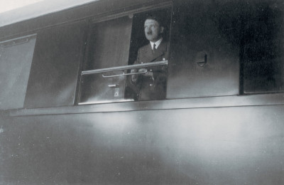 Adolf Hitler am Zugfenster, © IMAGNO/Austrian Archives