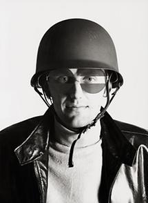 Hans Hollein mit der Österreich-Brille