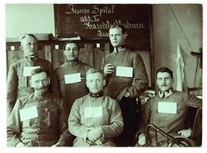 Österreichische Offizieren mit Tafeln auf der Brust