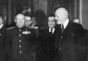 Generalleutnant Lebedenko im Gespräch mit Bürgermeister Dr. Theodor Körner