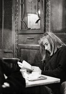 Lesende junge Frau im Cafe Hawelka in Wien