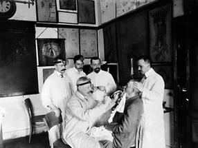 Ottokar von Chiari mit seinen Assistenten