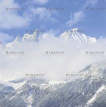 Blick von Reith auf das wolkenverhangene Kaisergebirge