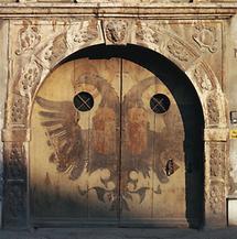 Renaissance-Portal aus rotem Marmor