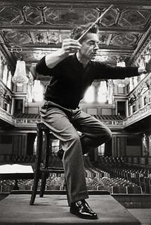 Herbert von Karajan bei einer Probe (1)