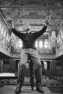 Herbert von Karajan bei einer Probe (3)