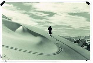 Skiwanderer in der einsamen Bergwelt