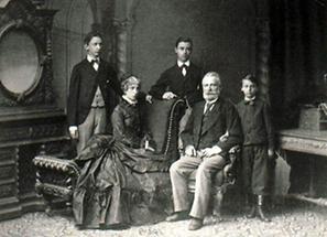 Gruppenportrait der Familie Mayhofer