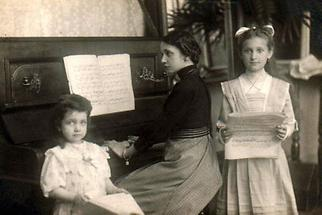 Drei Mädchen beim Musizieren