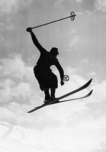 Skifahrer in luftiger Höhe