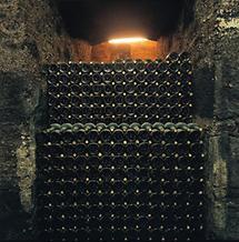 Flascheneinlagerung im Stiftskeller Klosterneuburg