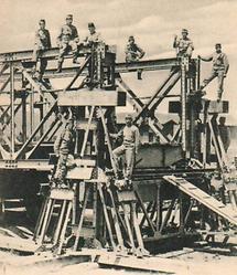 Montage einer Eisenbahnbrücke