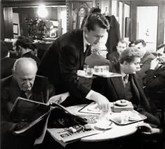 Kellner und Peter Kubelka im Cafe Hawelka in Wien