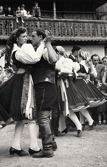 Tanzende Paare in slowenischer Festtracht