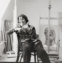 Maria Lassnig in ihrem Atelier