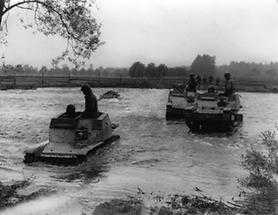 Panzerwagen im Wasser