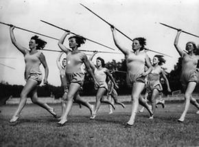 Frauen beim Speerwurf
