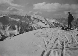 Gumpeneck vom Dornkargipfel mit Skifahrer