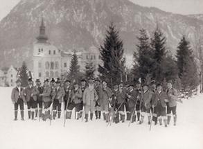 Jagdgruppe vor Schloß Grubhof