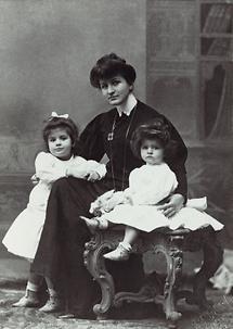 Alma Mahler zusammen mit ihren Kindern