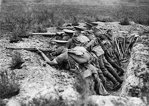 Soldaten in einem Schützengraben