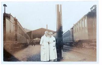 Zwei Lazarettschwestern am Ostbahnhof