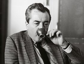 Alois Mock beim Kaffeetrinken