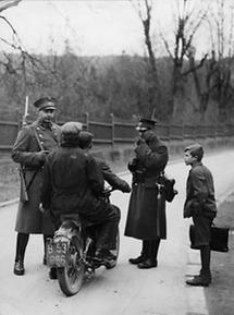 Polizeikontrolle eines Motorradfahrers