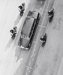Titos Limousine mit Eskorte