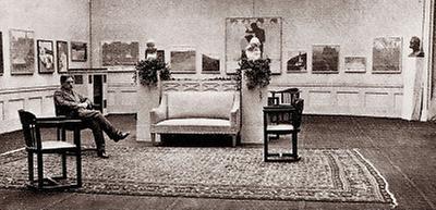 Der Kunsthändler Gustav Pisko in seiner Galerie