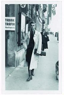 Junger Mann auf einer Straße mit Hakenkreuzen