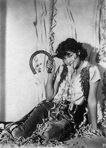 Junge Frau posiert mit einem Hufeisen