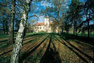Gartenfassade des Schlosses Obersiebenbrunn