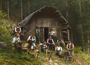 Holzknechte vor der Hütte